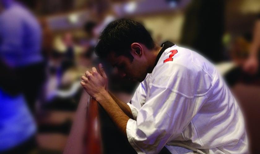 Imagem ilustrativa: Jovem ora em igreja do Oriente Médio. (Foto: YWAM)