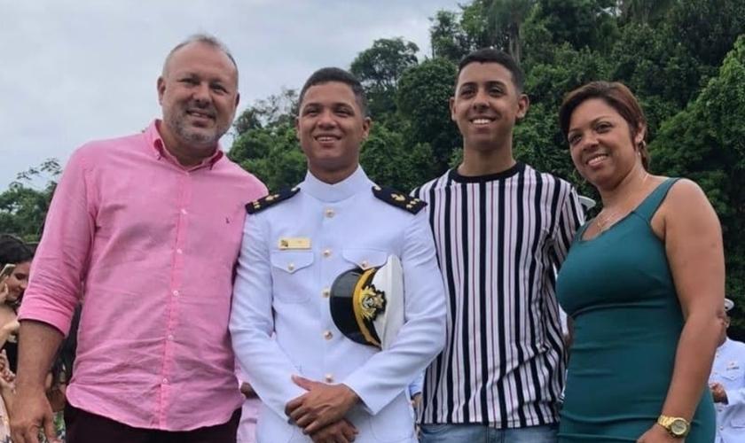 Marcelo, seus filhos Yan e Kayan, e a esposa, Elaine. (Foto: Igreja Batista Atitude)