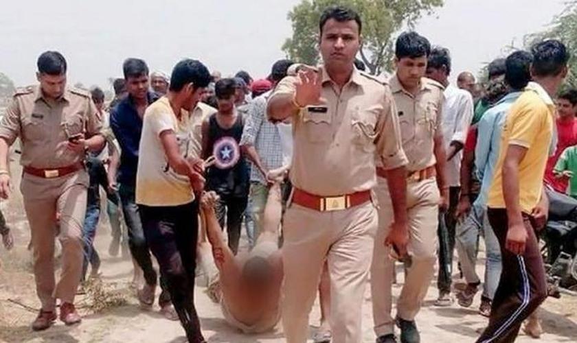 Cristão arrastado por ruas de Jharkhand por radicais hindus. (Foto: Reprodução / Asia News)