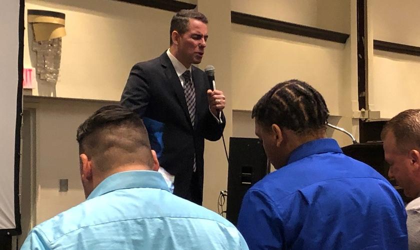 Pr. Herman Mendoza durante ministração na igreja. (Foto: Reprodução / Facebook)