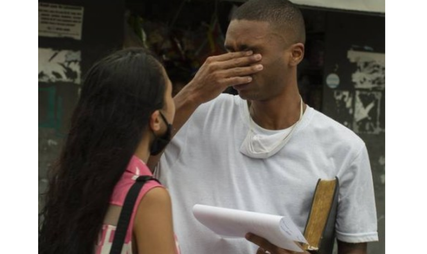 Jovem e negro Danilo foi reconhecido equivocadamente pela vítima. Na porta do presídio, ele encontrou com a esposa Ana Beatriz e o irmão Diogo Felix. (Foto: Márcia Foletto / Agência O Globo)