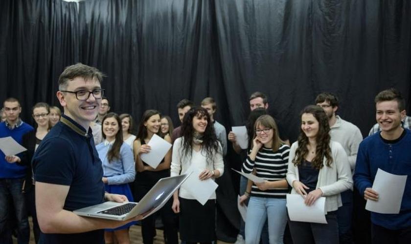 O criador e produtor do projeto, ator e diretor Krzysztof Czeczot durante a gravação da Bíblia em Áudio. (Foto: PAP / W. Pacewicz)