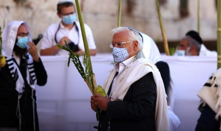 O embaixador americano para Israel, David Friedman, usa máscara de proteção durante o passado do Muro das Lamentações, na Cidade Velha de Jerusalém. (Foto: Reprodução / AFP)