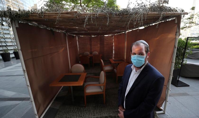 Rabino Levi Duchman, em frente a uma sucá montada no restaurante kosher KAF no Armani Hotel em Dubai, Emirados Árabes Unidos, em 5 de outubro de 2020. (AP / Kamran Jebreili)