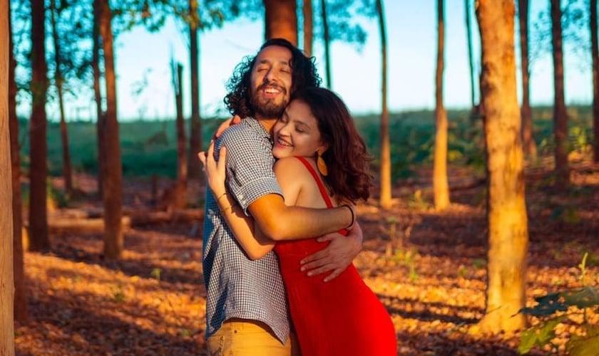 Os noivos Débora Martins, de 22 anos, e Guilherme Saito, de 28 anos. (Foto: Missões Nacionais)