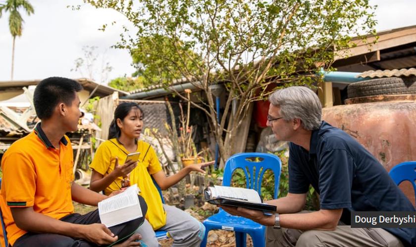 Doug Derbyshire atende às necessidades físicas e espirituais como médico na Tailândia. (Foto: Reprodução / IMB)