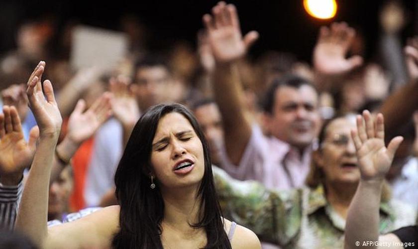 Fiéis durante culto evangélico. (Foto: Reprodução / AFP / Getty)