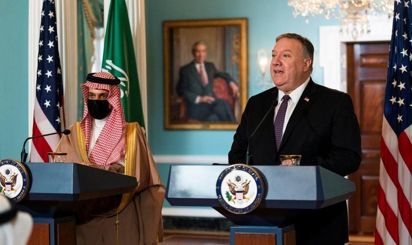 O ministro das Relações Exteriores da Arábia Saudita, Príncipe Faisal bin Farhan Al Saud, ouve o secretário de Estado dos EUA, Mike Pompeo, durante reunião no Departamento de Estado, em Washington, na quarta-feira (14). (Foto: Reuters)