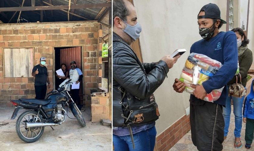 Integrante do Ministério Motociclístico Abençoados faz entrega das doações em comunidade de SP. (Foto: Reprodução / BP Press)