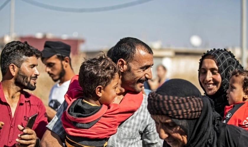 Um homem suspeito de ter colaborado com o EI é saudado por membros da família após sua libertação da prisão de Alaya. (Foto: Delil Souleiman / AFP)