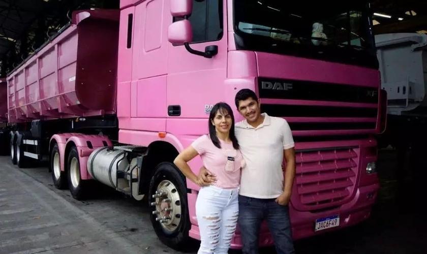 Por amor, casal Márcia e Juliano rodam o Brasil com o caminhão rosa. (Foto: Reprodução / Campo Grande News)