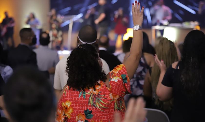 Mulher em momento de adoração na Assembleia de Deus Vitória em Cristo. (Foto: ADVEC)