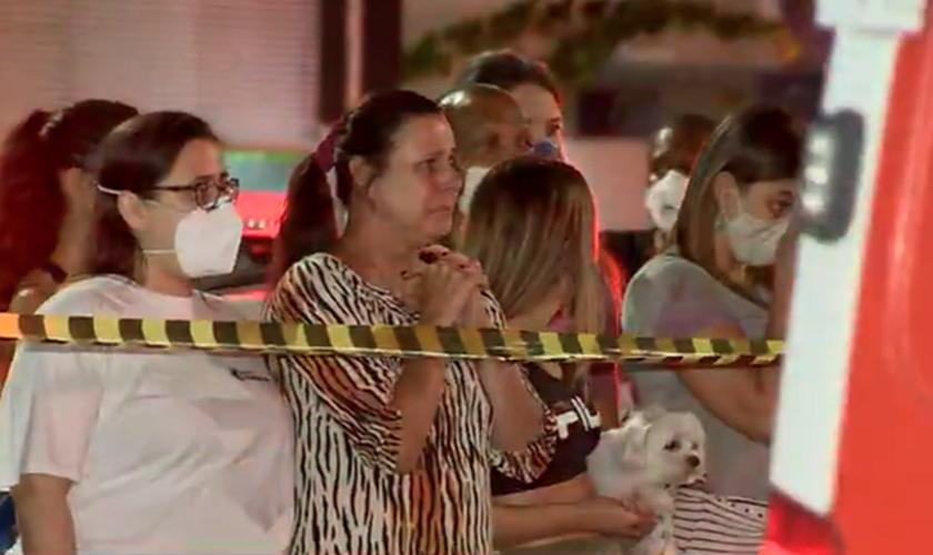 Emocionados, vizinhos oraram por mais de duas horas. (Foto: Rodrigo Gomes/TV Gazeta)