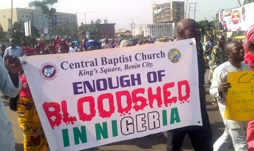 Manifestações pacíficas pedem paz, na Nigéria. (Foto: Reprodução / Christian News)