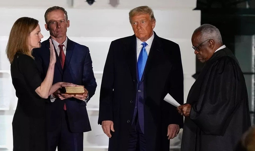 Amy Coney Barrett presta o Juramento Constitucional perante o juiz Clarence Thomas em sua posse na Corte Suprema dos EUA, na presença do presidente Donald Trump, na Casa Branca, na segunda-feira (26). (Foto: AP Photo/Alex Brandon)