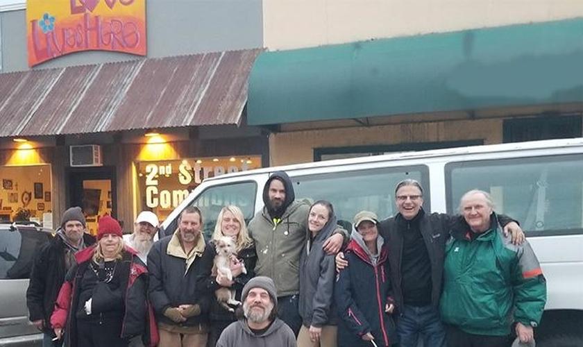 Scott (segundo da direita) e frequentadores do Ministério 2ª Chance em frente ao prédio da instituição. (Foto: Reprodução / Nazarene)