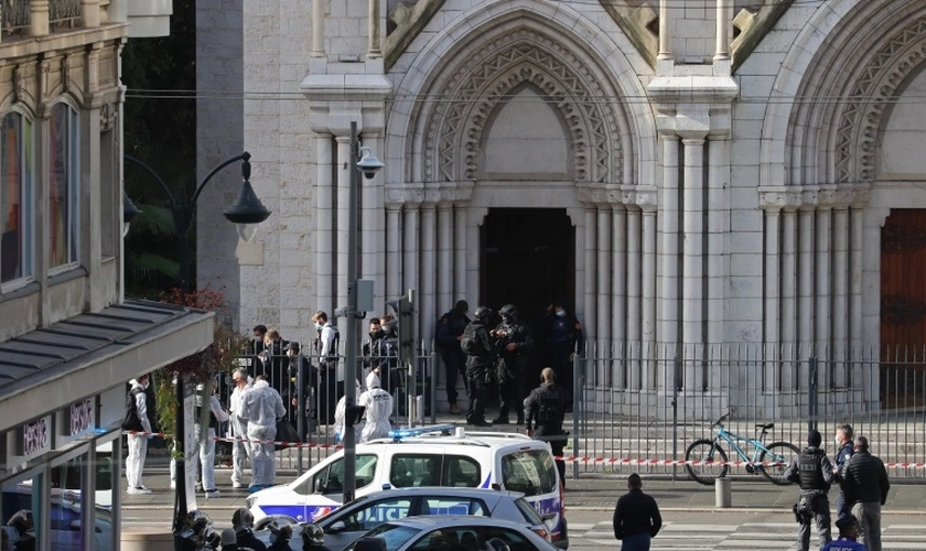 Membros franceses da unidade de polícia tática de elite RAID revistam a Basílica de Notre-Dame de Nice após um ataque com faca. (Foto: Valery Hache / AFP)