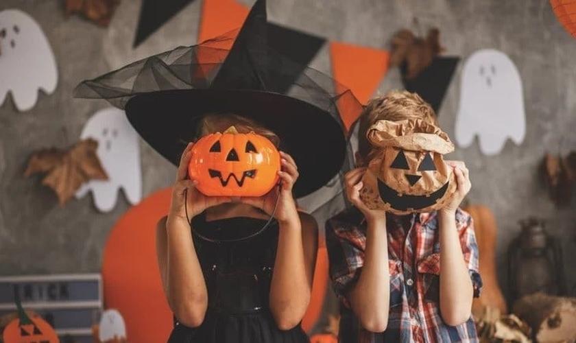 Crianças com fantasias no Halloween. (Foto: Reprodução / Pixels)