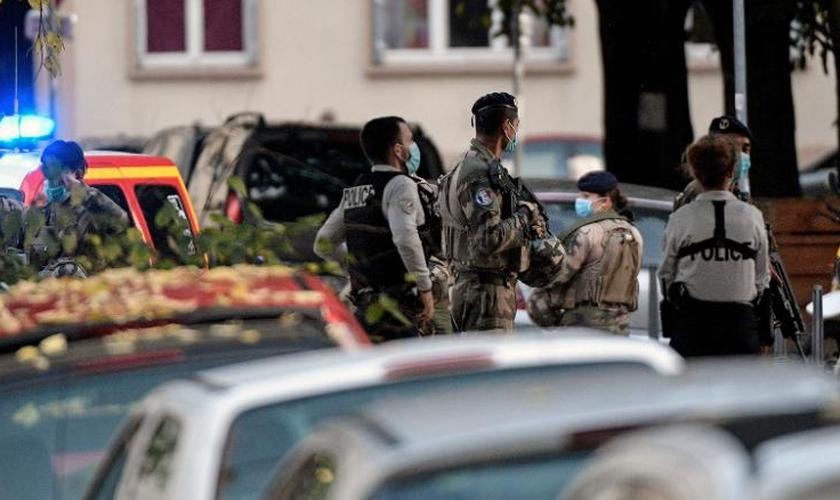 Forças de segurança no local onde um padre foi baleado em Lyon, na França. (Foto: Maxime Jegat/MaxPPP/Zumapress)