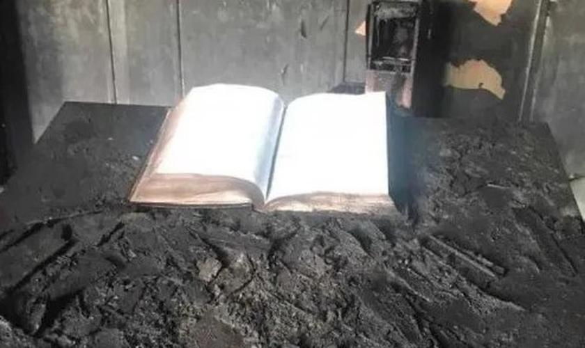 A única coisa que foi salva das chamas foi a Bíblia. (Foto: Reprodução / Aire de Santa Fe)
