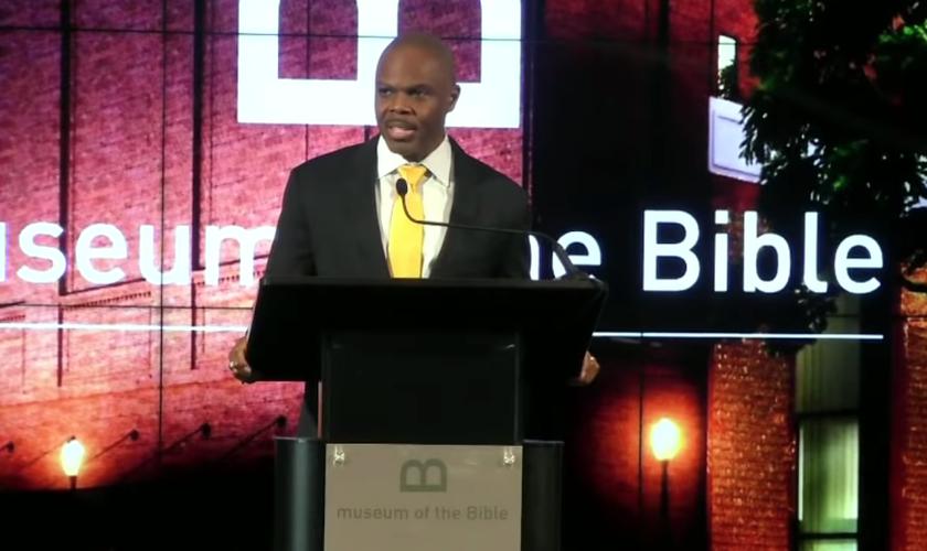 Pastor James Ward dirigiu um culto de oração online, transmitido do Museu da Bíblia, em Washington D.C. / EUA. (Imagem: Youtube / Reprodução)