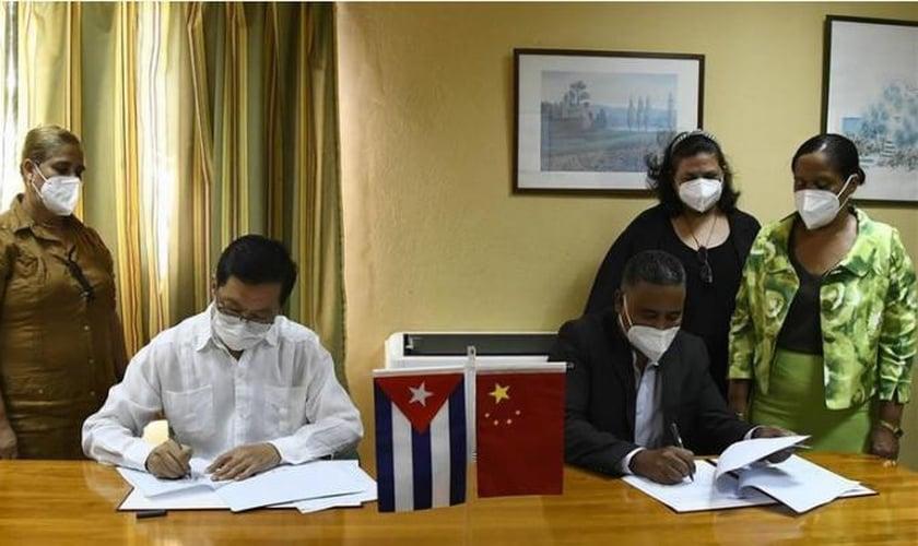 Assinatura do contrato entre Cuba e China. (Foto: Reprodução / Granma)