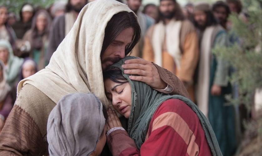 Cena de Jesus consolando Maria e Marta após a morte de Lázaro. (Foto: LDS Church)