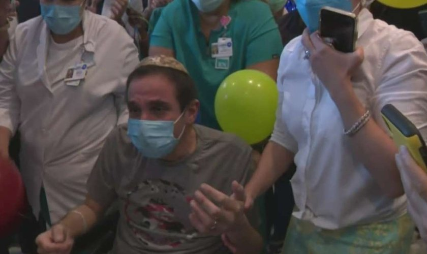 Dr. Jacobo Elgozy deixa o Hospital Mount Sinai após 120 dias. (Foto: Reprodução / CBS4)