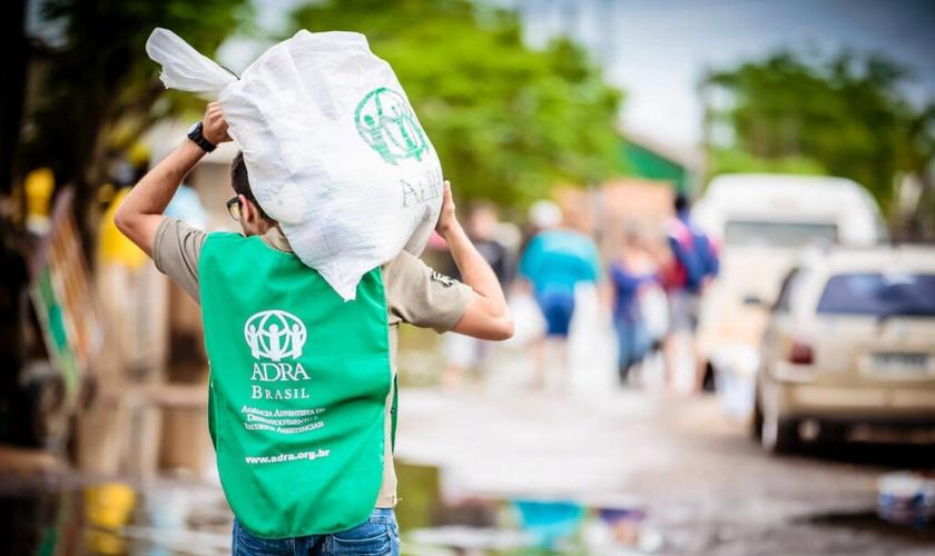 Voluntário carrega doações durante uma das ações realizadas pela agência humanitária (Foto: ADRA Brasil)