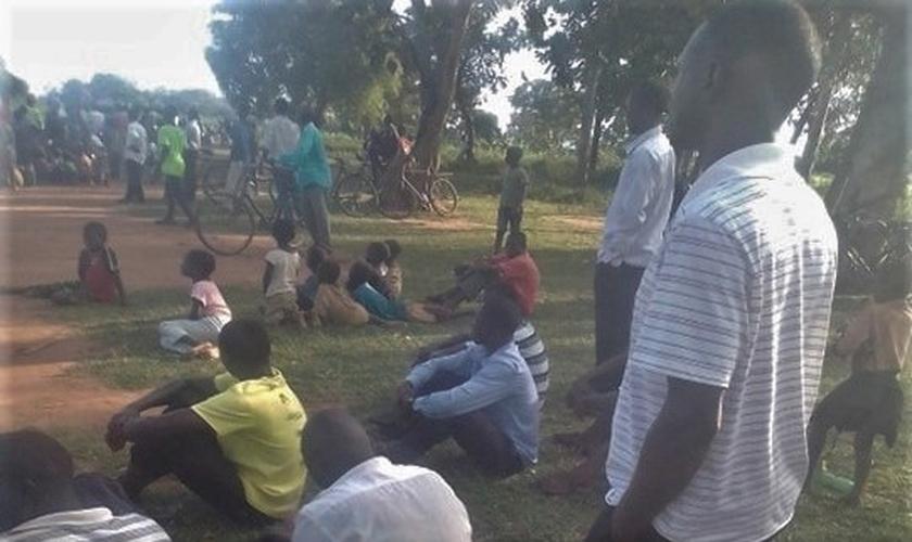 Pessoas no enterro do pastor David Omara, morto em Aduka, Uganda. (Foto: Reprodução / Morning Star News)