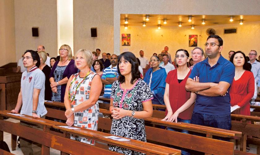 Cristãos participam de culto. (Foto: Reprodução / Gulf News)