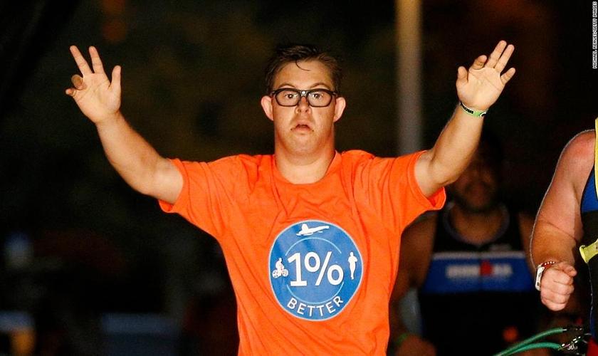 Chris Nikic se tornou o primeiro homem com síndrome de Down a completar uma prova de triatlo do Ironman. (Foto: CNN)