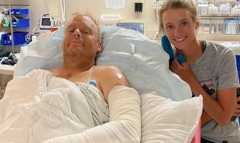 O Pr. Luke Barnett e sua filha Annalee, no hospital. (Foto: Reprodução / Instagram)