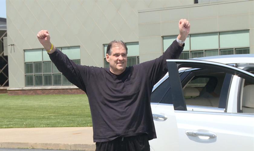 Jeff Fusco agradece ao chegar em casa após semanas de internação. (Foto: Reprodução / WFMJ)