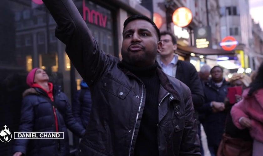Daniel Chang evangeliza nas ruas da Inglaterra. (Foto: Reprodução / YouTube)