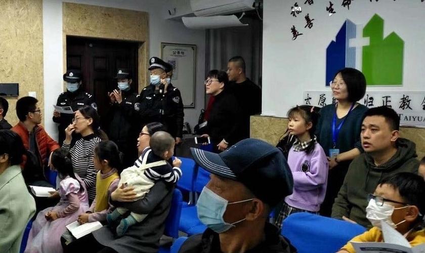 Cristãos são surpreendidos pelas autoridades chinesas ao invadirem um culto de domingo. (Foto: Reprodução / ICC)