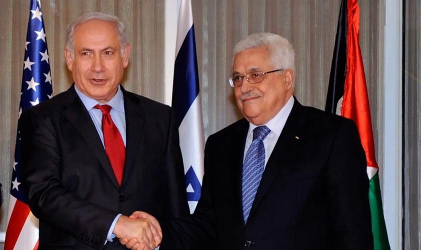 O presidente da Autoridade Palestina, Mahmoud Abbas, com o primeiro-ministro israelense Benjamin Netanyahu. (Foto: Reprodução / Middle East Monitor)