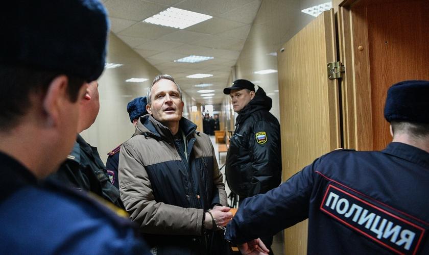 Dennis Christensen, um Testemunha de Jeová dinamarquês acusado de extremismo, foi levado a um tribunal da Rússia em 2019. (Foto: Mladen Antonov/Getty Images)