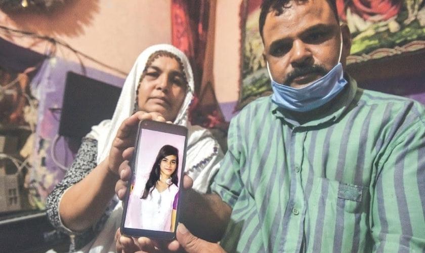 Os pais de Arzoo Raja tiveram a guarda sobre a menina negada pela Justiça do Paquistão, após a adolescente ter sido sequestrada e forçada a um casamento islâmico. (Foto: DAWN)