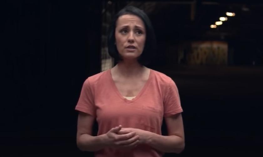 Aisha compartilhou seu testemunho em um vídeo para o canal StrongTower27, no YouTube. (Imagem: Reprodução)