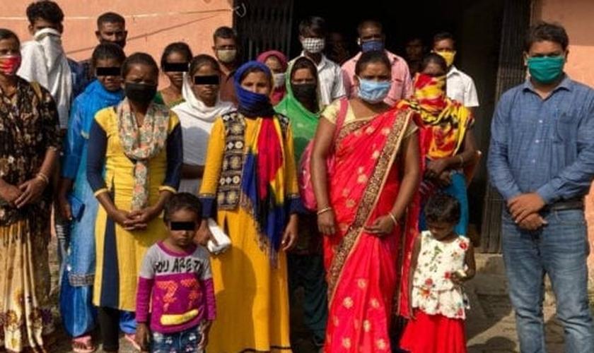 Coordenador de Assistência Jurídica da ADF Índia com cristãos em Gagari. (Foto: Reprodução / ADF Índia)