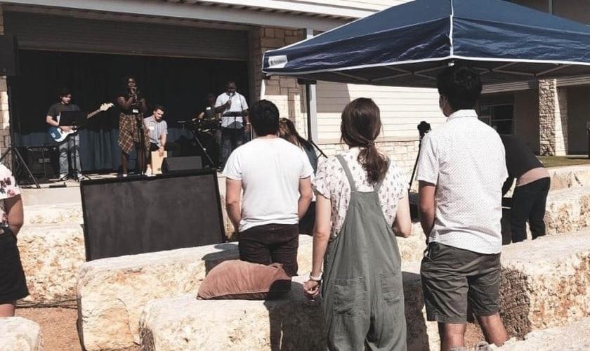 Hope Community Church realiza um culto ao ar livre durante a pandemia Covid-19. (Foto: Reprodução / Hope Community Church)