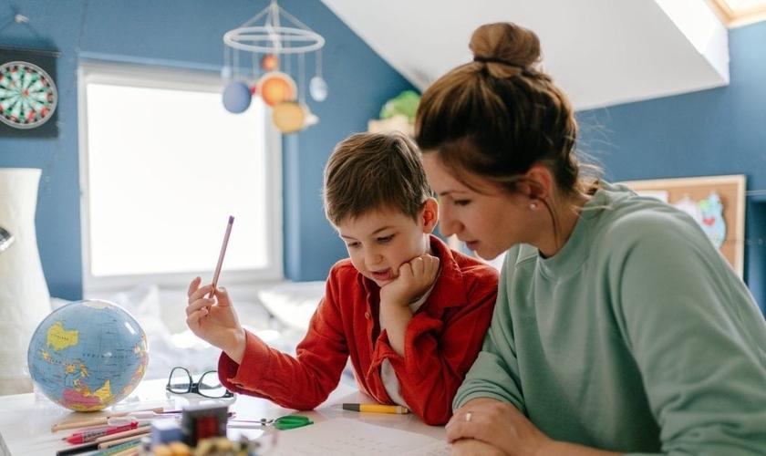Segundo o projeto, os estudantes devem ser acompanhados por um conselheiro tutelar. (Foto: Reprodução / iStock)
