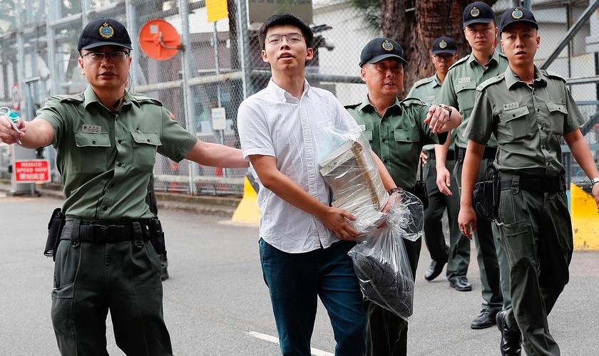 O jovem Joshua Wong é um líder pró-democracia de Hong Kong, que foi preso por realizar reuniões em razão do movimento que ele lidera. (Foto: Reuters)