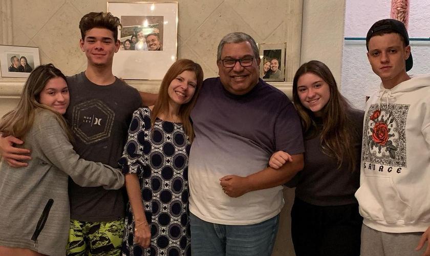 O pastor Lécio Dornas visitou Rose Miriam e as filhas, Marina e Sofia, com seus namorados. (Foto: Reprodução/Instagram/rosemiriamoficial)