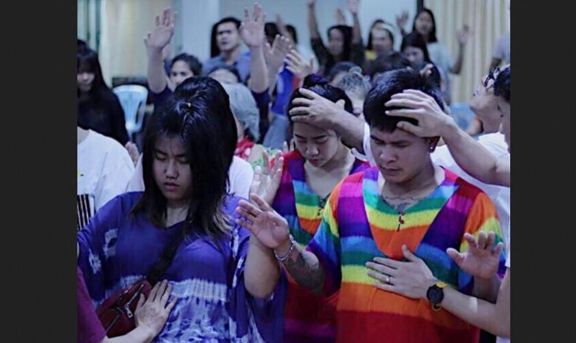 Tailandeses recebem oração em culto evangélico. (Foto: Reprodução / Multiply)
