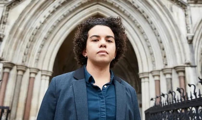 Keira Bell, 23, começou a tomar bloqueadores da puberdade quando tinha 16 anos. (Foto: David Levene / The Guardian)