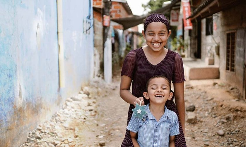 Daniela e seu irmão, Sebastian, viram o pai ser morto por ser cristão. (Foto: Portas Abertas dos EUA)