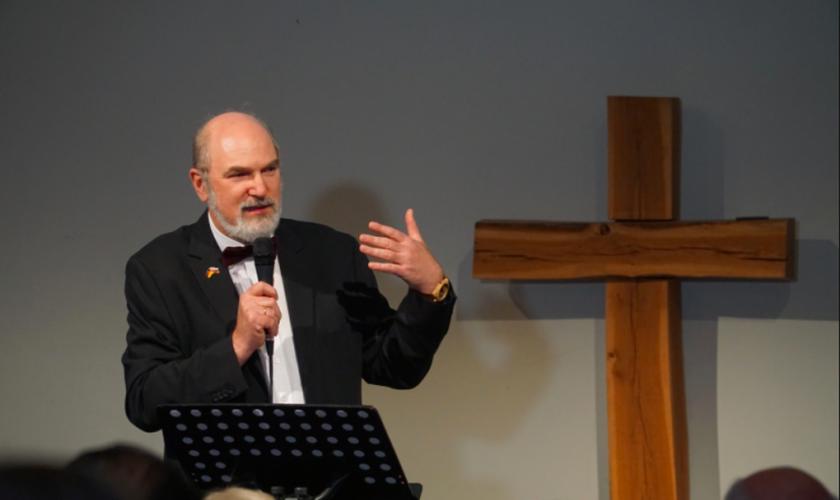 """Thomas Schirrmacher fala no """"Mission Freedom"""", um evento sobre tráfico humano em Frankfurt, na Alemanha. (Foto: Martin Warnecke)"""