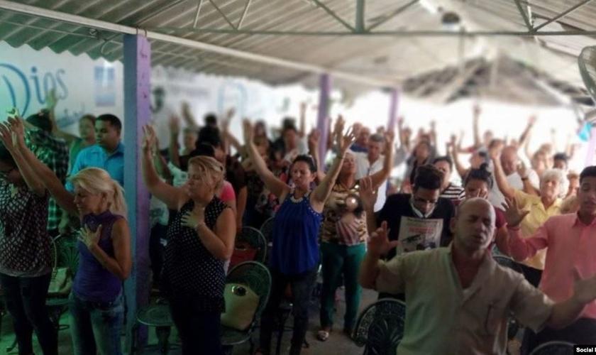 Cristãos durante culto em Cuba. (Foto: Reprodução / Radio Televisión Martí)